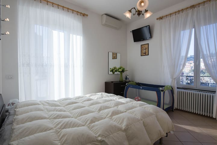 La camera matrimoniale con terrazzo e lettino per i più piccini con in alto la TV.