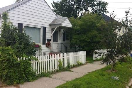 Family Home in Downtown Burlington - Burlington - House