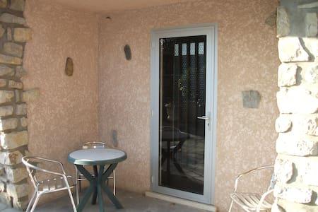 Meublé indépendant dans maison - Garons - Apartment