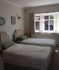 Twin room with en-suite - Surbiton