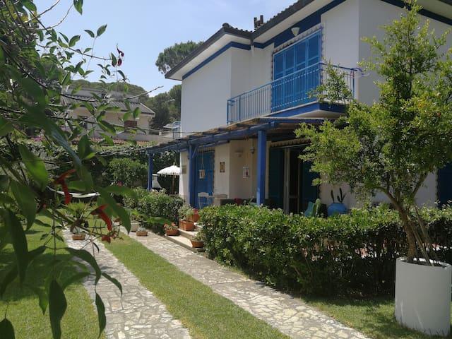 Villa Camilla nel verde, a 200 metri dal mare