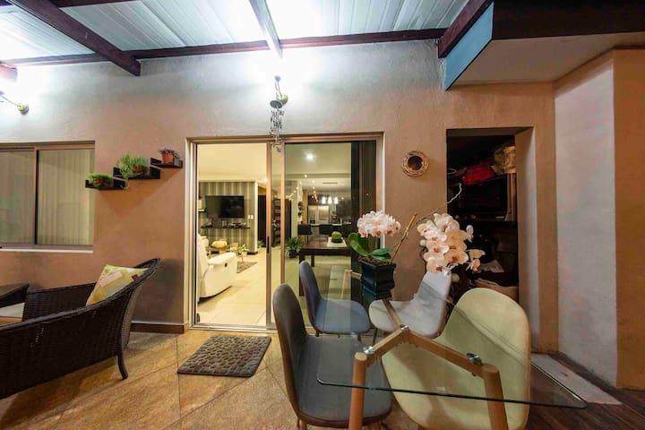 B- Room en casa Condominio de lujo SJO Airpt 2.6 m