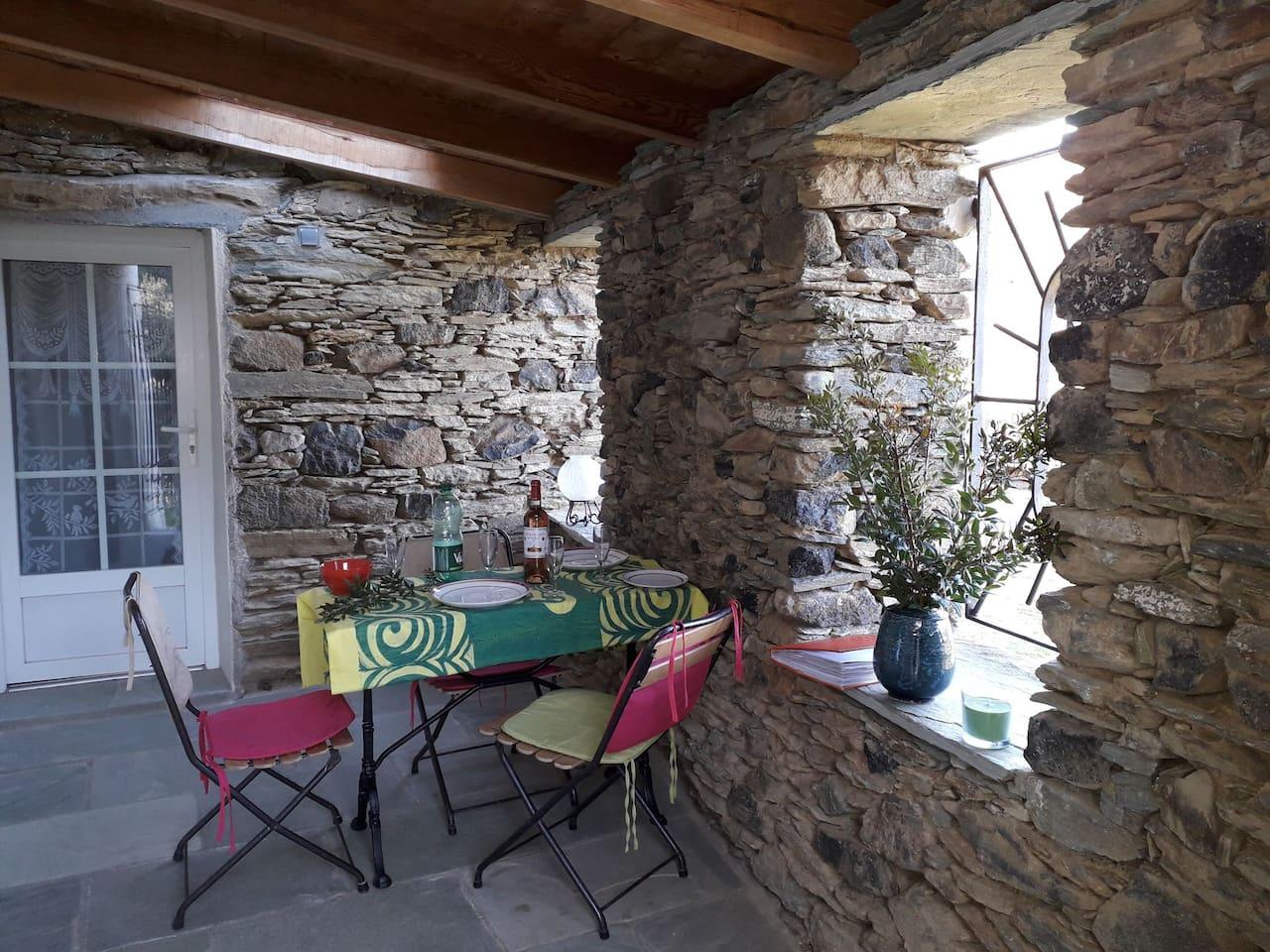 Terrasse couverte donnant accès à la salle d'eau, la chambre et la cuisine