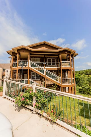 Condo with Pool | Hot Tub | Free WiFi |Walk-in | 2.2 miles from Silver Dollar City (151604)