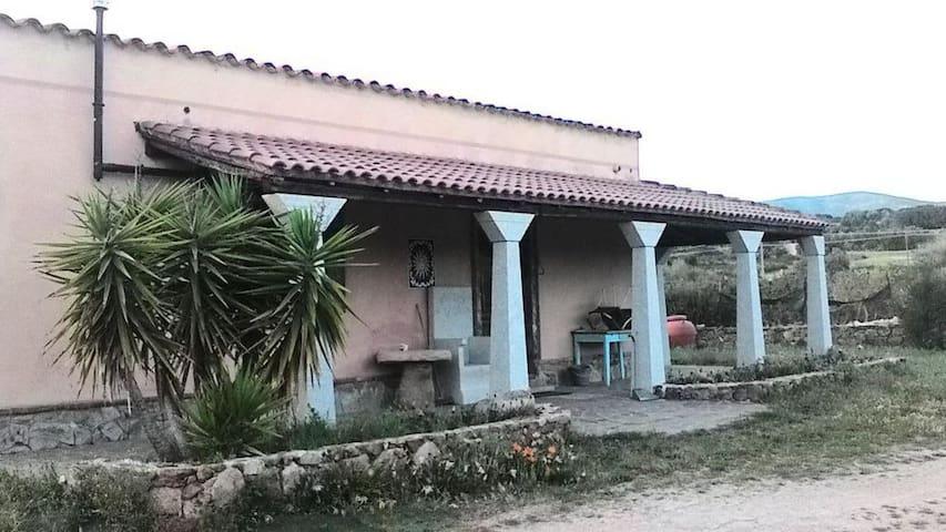 villetta indipendente a 2 km dal mare - Teulada - Dom