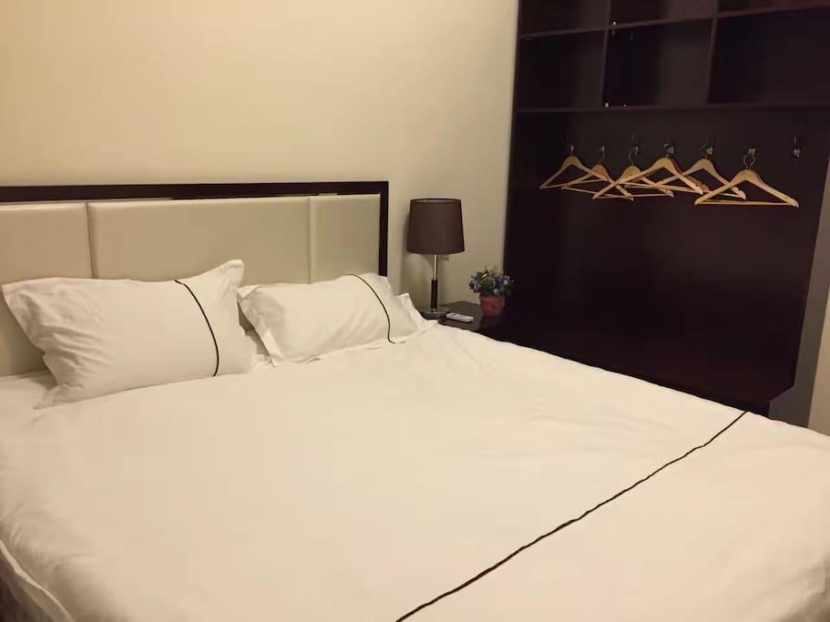 卧室:1.8米大床房