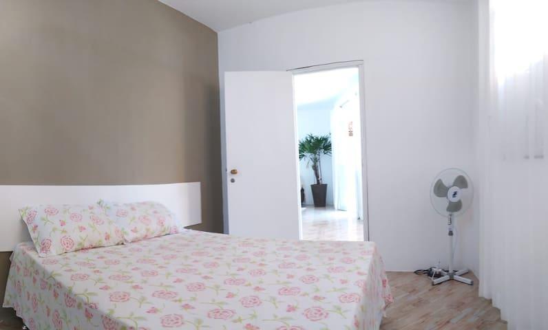 Quarto 1: 1 cama de casal, ar condicionado  1 ventilador