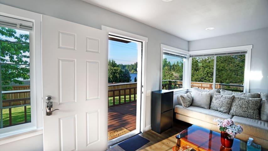 Cozy 2Bd House Lake View Large Deck/Grass Yard