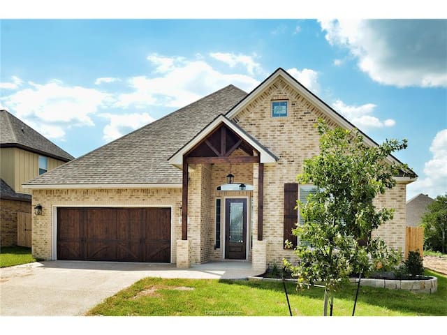 Elite Family Custom Home II 5 Miles from Texas A&M - College Station