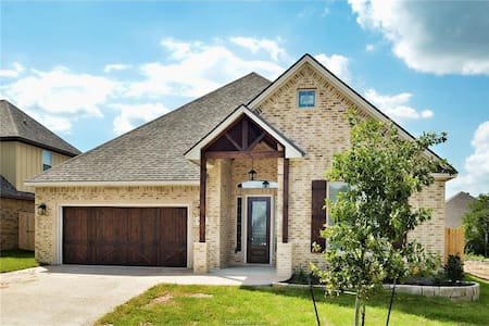 Elite Family Custom Home II 5 Miles from Texas A&M - College Station - Maison
