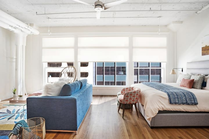Family friendly loft w/ a full kitchen & city views - in the heart of downtown