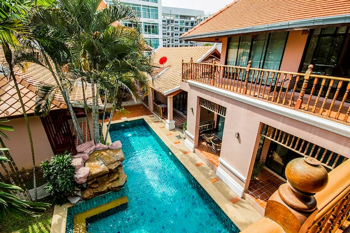 Thai villa near walking st.(大別墅靠近市中心,設有私人泳池)