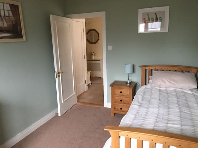 Tranquil and Spacious Room near Dublin and Wicklow