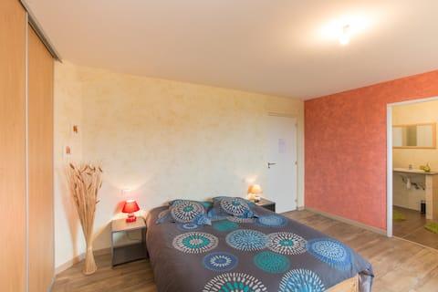 BENNEY: slaapkamer + ensuite badkamer.