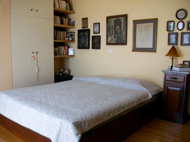 Vintage-style room near the sea - Palaio Faliro - Bed & Breakfast