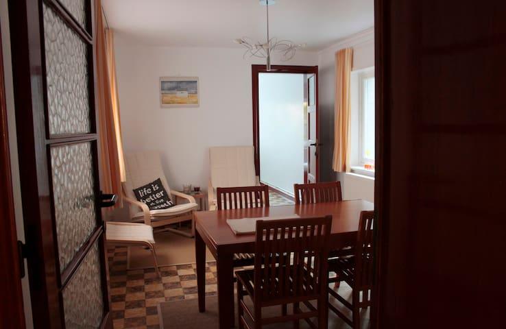 Heel rustig gelijkvloers appartement met terras