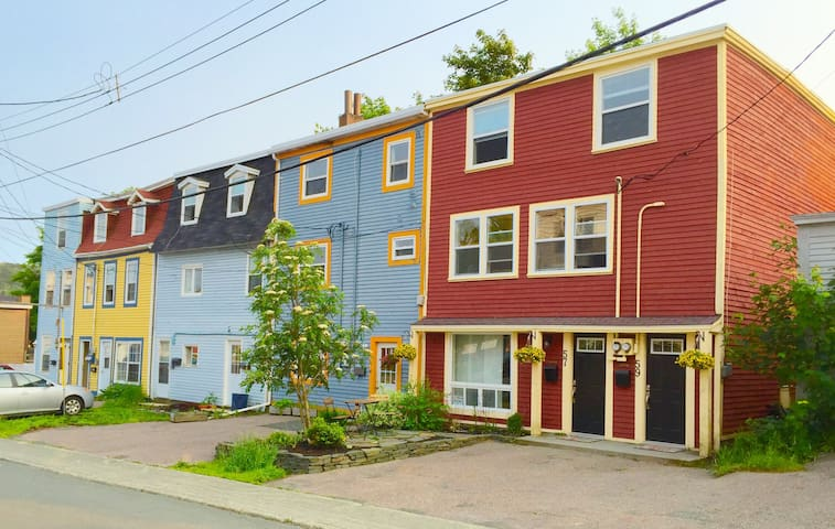 Red Jellybean: 4 bedrooms | driveway | near park - St. John's - Appartement
