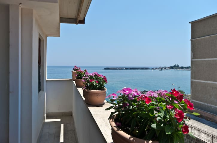 CASA LAURA 10 Mt. Dal Mare,Luminoso - Giardini Naxos - Appartement