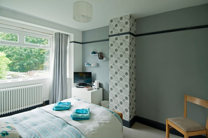 Modern room in leafy North London - East Barnet - Hus