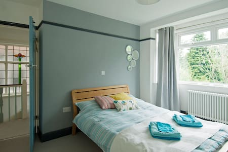 Modern room in leafy North London - House