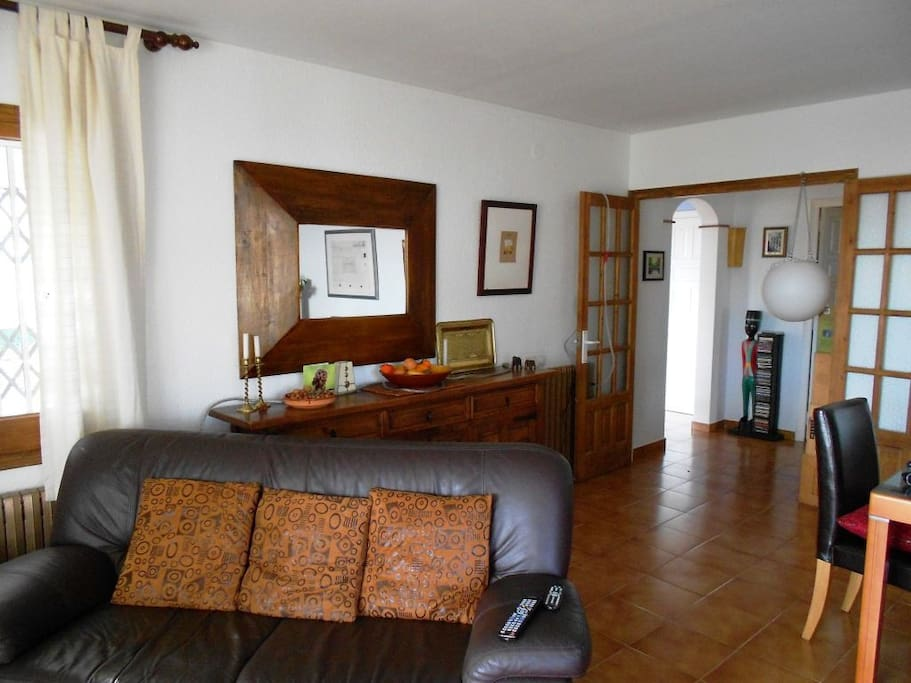 Relaxing living area with views over the bay of Sant Pol - leather furniture tastefully styled