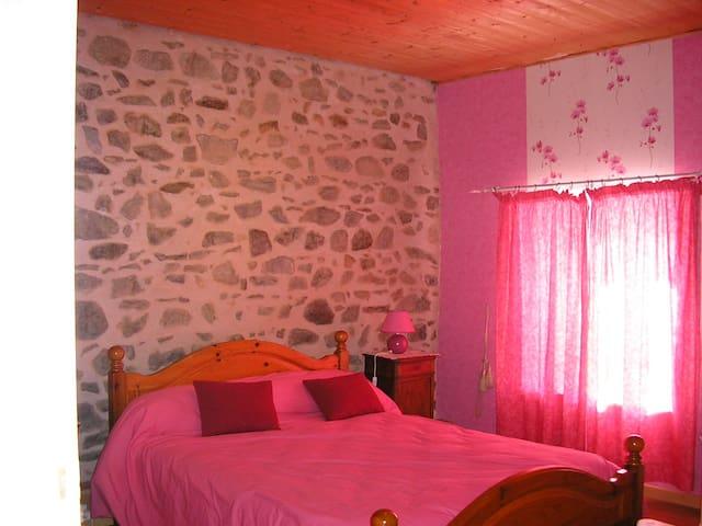 Chambre comprenant lit double, lit simple et lit enfant