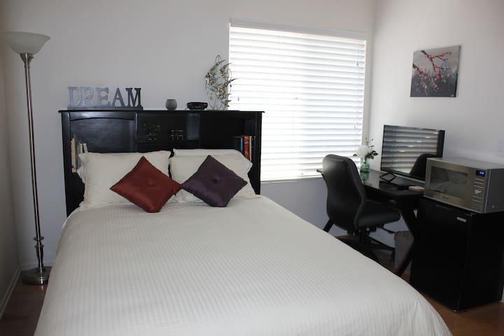 Cozy room, en suite bath, separate entry, pool/spa - San Diego - Hus