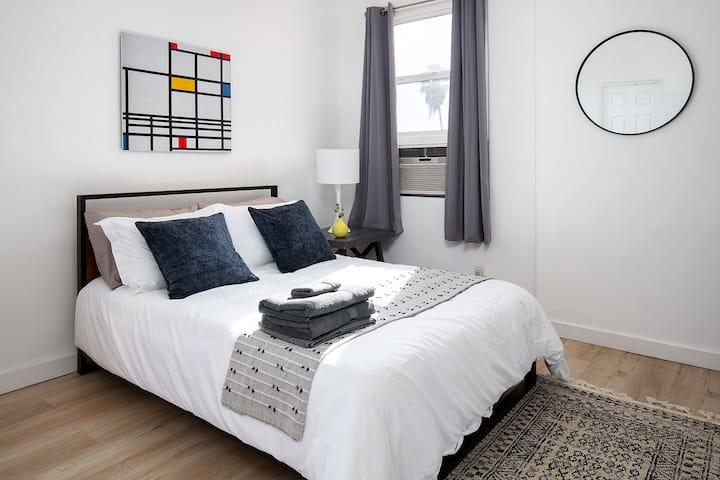 Clean and Elegant Studio! Minutes to Downtown!