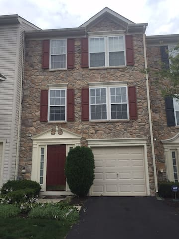 Beautiful and spacious townhome! - North Wales - House