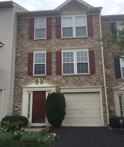 Beautiful and spacious townhome! - North Wales - Hus