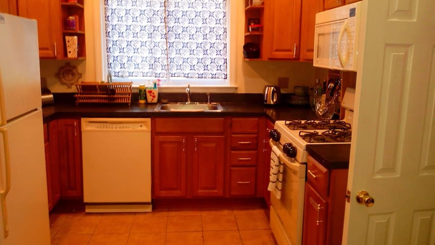 Huge Private Room Central Air 2 - Stamford - House
