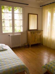 chambres d'hôtes chez l'habitant - Laroque-d'Olmes - Bed & Breakfast