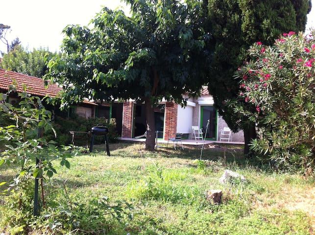 Villa avec jardin ombragé, au calme - Saint-Chamas - Dům