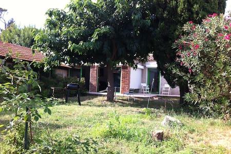 Villa avec jardin ombragé, au calme - Saint-Chamas - Casa