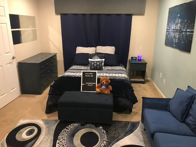 DEN/airport Gaylord, Private Master Bedroom & bath