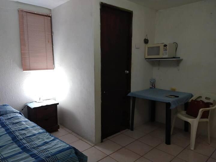 Cuarto amueblado entrada independ A/C frigo centro