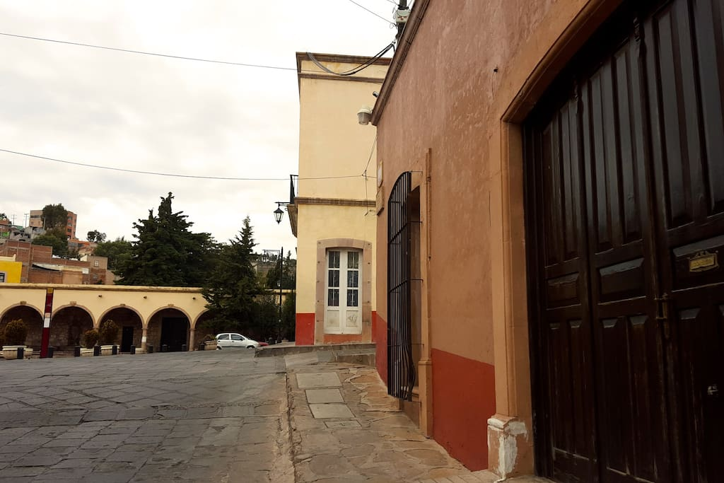 Ubicada en contra esquina de la plazuela Garcia Salinas