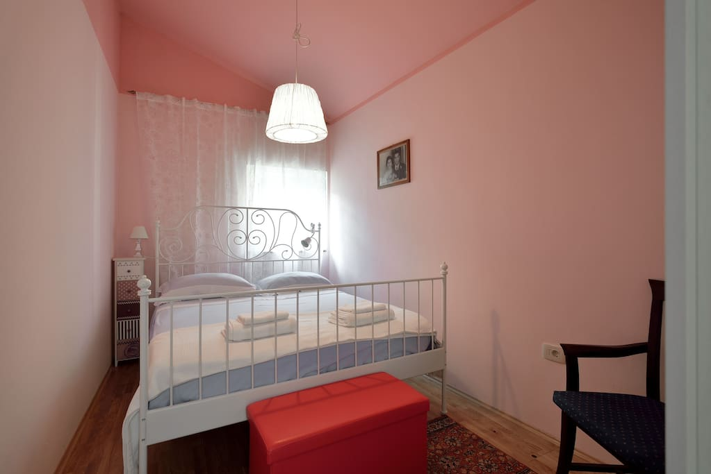 Romantic main bedroom,Classic Kingsize Bed and pink-ish walls , lots of atmosphere ;)
