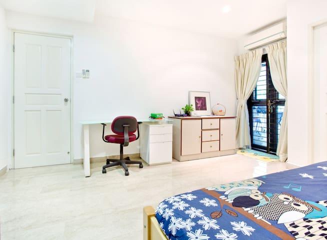 Quiet ensuite room in Holland Village
