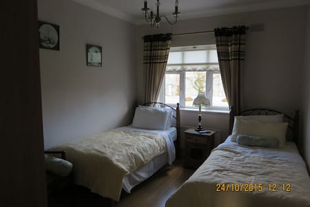 ARAH B&B: Modern Detached Bungalow. - Sallins - Szoba reggelivel