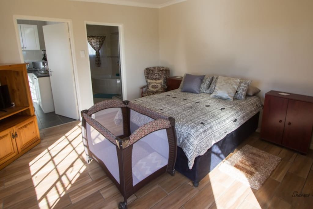 Bedroom with Queen-size Bed, HDTV & DVD Player (Optional Cot)