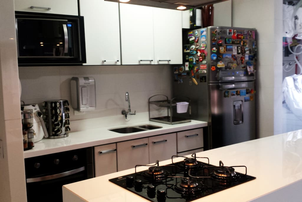 Cozinha completa com todos utensílios e eletrodomésticos