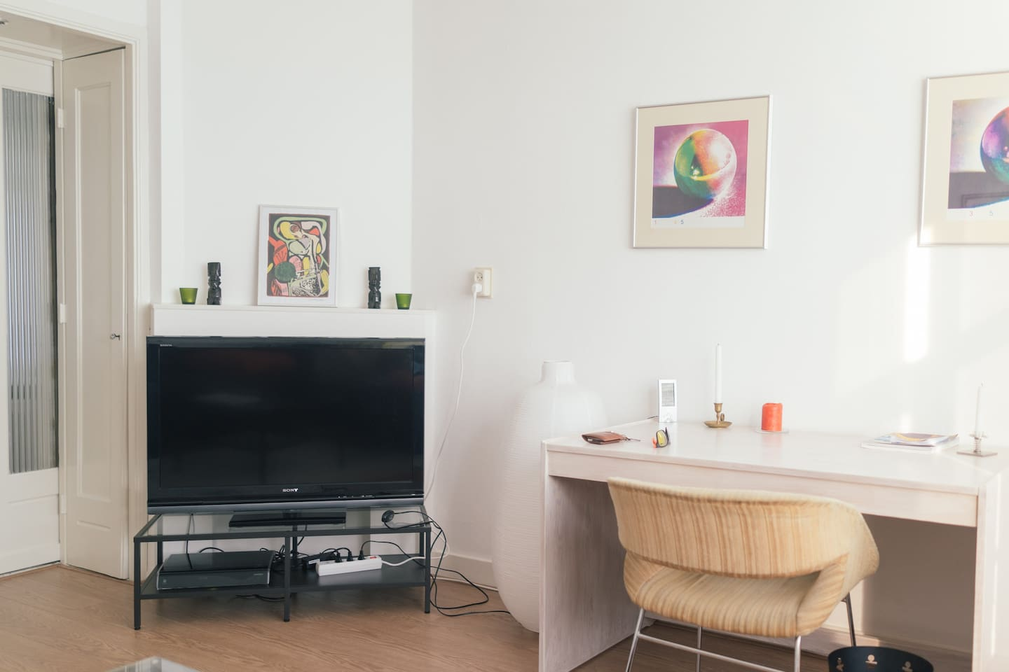 Living room - Spacious and bright with flat screen TV and high speed Wifi-internet.