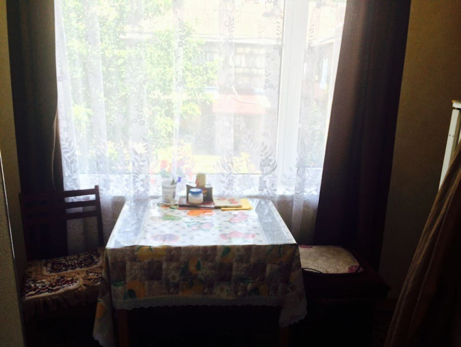 Кухня, оснащенная газовой плитой и отдельным холодильником для гостей, всегда свободна для вашей трапезы
