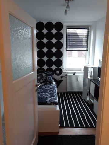 KIEL ZENTRUM: schwarz-weißes Zimmer für 1 Person