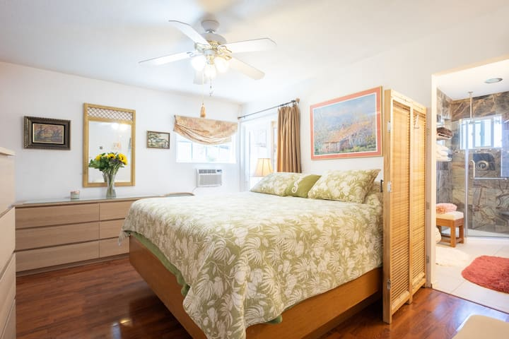 Cape Cod Beach Cottage Sleeps 6 (3 beds)
