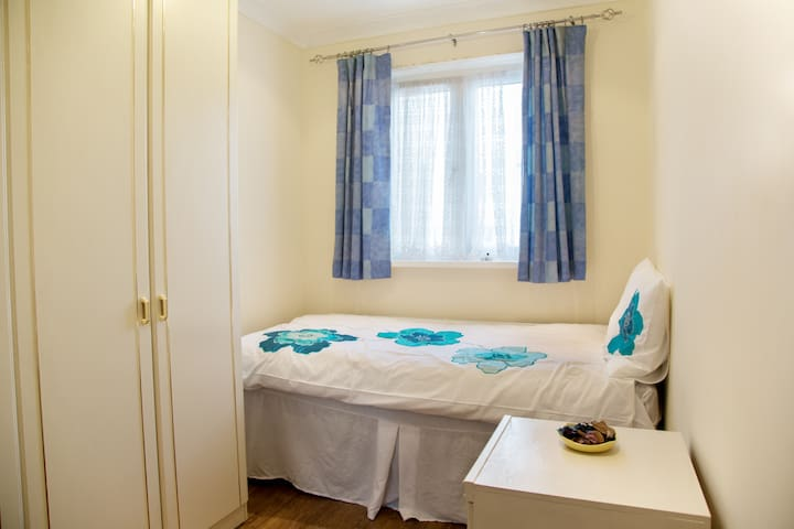 Single Bedroom with b/fast & wifi - Wembley