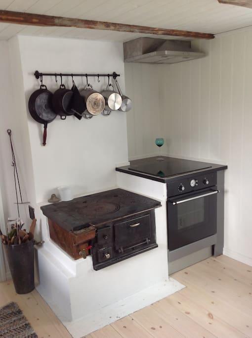 kjøkken med induksjonsovn og vedovn