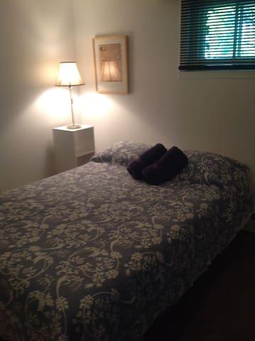 Petite chambre avec lit double.