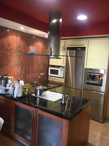 Cocina totalmente equipada, podrás usar una zona del frigorífico y todo lo necesario para preparar tu comida si así lo necesitas.